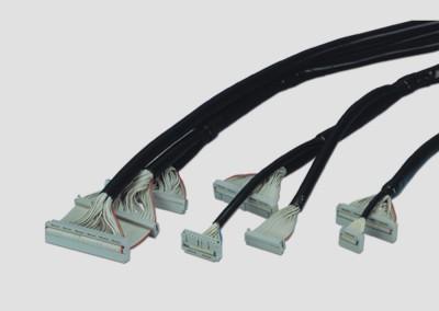 Rundflachbandleitungen mit Schneidklemmsteckverbinder